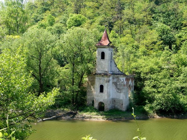 Biserica inundata in abandon Lac Cincis
